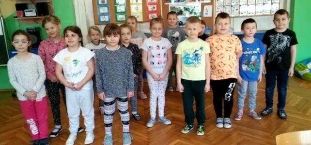 Dzieci z gr VI pozdrawiają swoich kolegów- marzec 2021